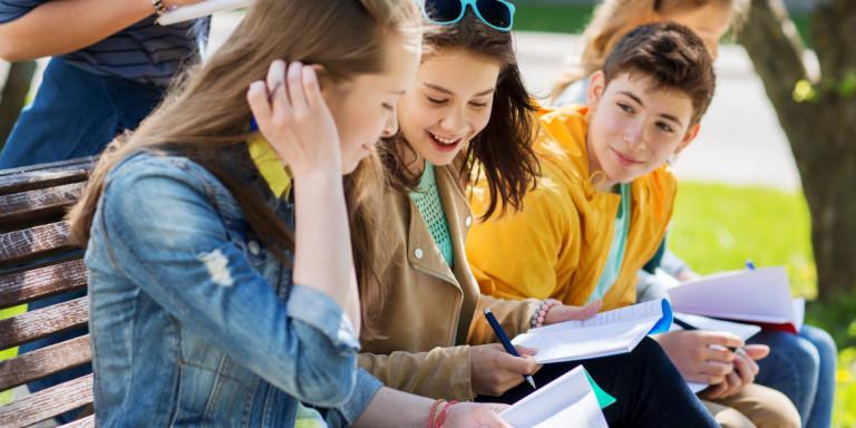 Ερευνα για τους έφηβους στην Ελλάδα: Εμπιστεύονται οικογένεια και φίλους, δύσπιστοι με το σχολείο -Τι λένε για χρήσεις ουσιών