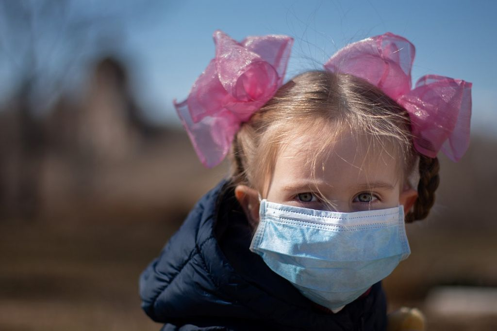 1200px-Coronavirus_children_mask-1024x683-1
