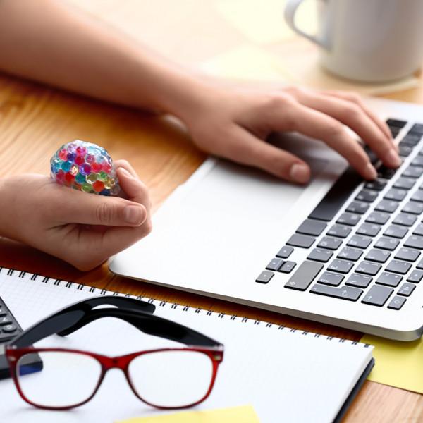 gynaika-antristress-mpalaki-laptop