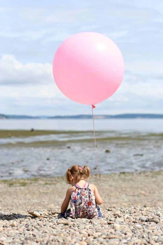 Πρώτη φορά στην παραλία; Βοηθήστε το να εξοικειωθεί με τη θάλασσα